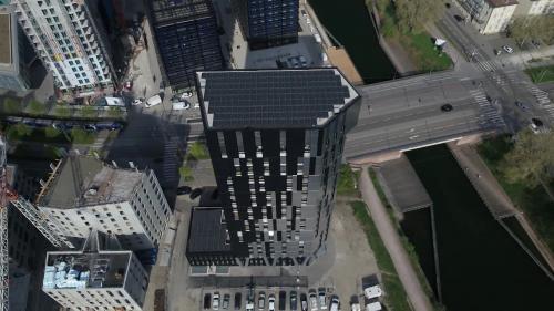 Elle produit plus d'énergie qu'elle en consomme.À Strasbourg, une tour d'habitation équipée d'une multitude de panneaux solaires permet à ses occupants de faire de grosses économies sur leur facture d'électricité et pour certains même, d'en gagner (un peu). Un bâtiment qui préfigure l'habitat du futur. #IlsOntLaSolution