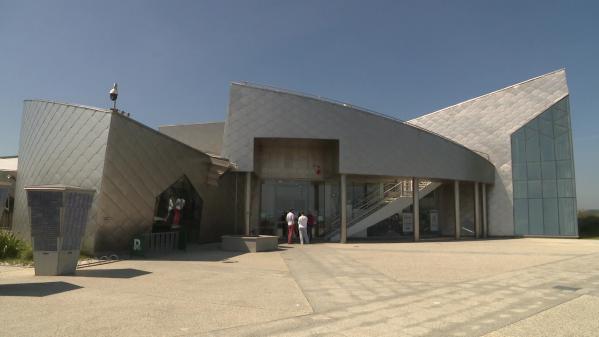 """Un billet de train acheté = une réduction pour l'entrée du Centre Juno Beach. Voilà l'offre """"bas carbone"""" désormais proposée par le célèbre musée normand qui entend bien faire sa part dans la réduction des gaz à effet de serre en incitant ses visiteurs à venir en train."""
