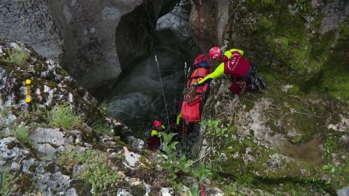 Face aux accidents de canyoning, les pompiers de l'unité de Secours en milieux périlleux et montagne (SMPM) doivent intervenir rapidement pour être efficaces. Pour cela, ils s'entraînent en situation réelle. #IlsOntLaSolution