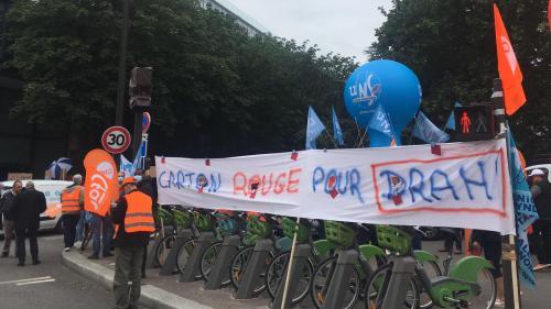 Suppression de postes chez SFR : les employés manifestent et dénoncent les 'faux arguments
