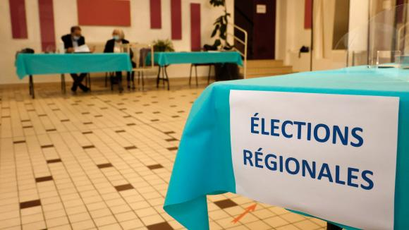 Un bureau de vote à Cucq (Pas-de-Calais) lors du premier tour des élections régionales et départementales, le 20 juin 2021