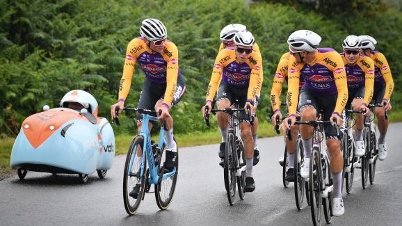 El danés Mathieu van der Poel & nbsp;  del equipo Alpecin-Fenix, & nbsp;  Los belgas Xandro Meurisse y Jonas Rickaert durante una sesión de entrenamiento antes de esta 108a gira ciclista del Tour de Francia que comienza este sábado 26 de junio en Brest.  & Nbsp ;;