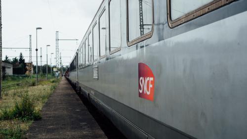 Pour faire face à la concurrence des bus ou du covoiturage, la SNCF lance une nouvelle offre de trains moins rapides, mais moins chers.