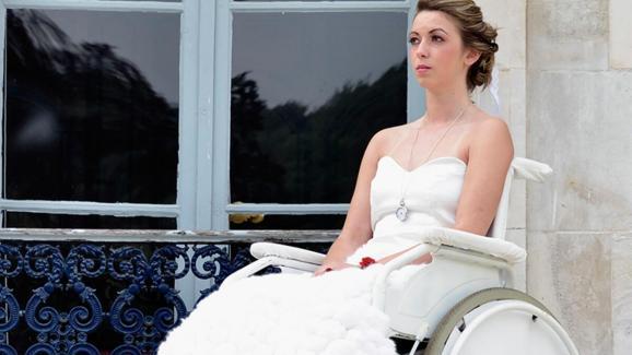 """La robe lapin blanc créée par Camille Boillet fait partie de la collection \""""Alice au pays des merveilles\""""."""