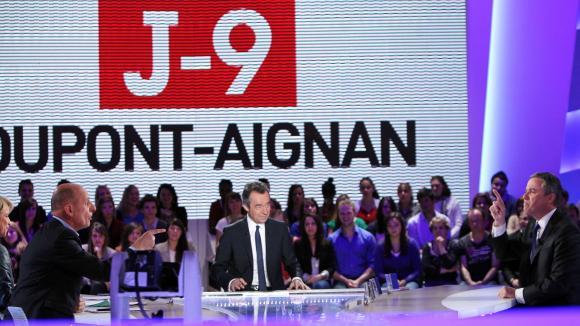 Le 13 avril 2012, sur le plateau du Grand Journal sur Canal +, dialogues musclés entre le candidat à la présidentielle Nicolas Dupont-Aignan, (à droite), Michel Denisot (centre), et Jean-Michel Aphatie (à gauche).