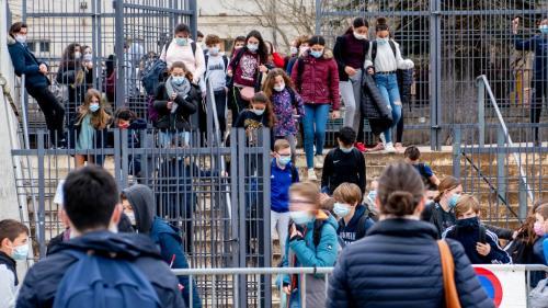 """TEMOIGNAGES. Rentrée scolaire 2021 : les professeurs inquiets face à \""""la gymnastique\"""" des cours hybrides prévus par le nouveau protocole sanitaire"""
