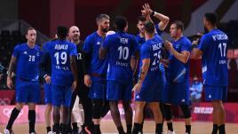 Regarder la vidéo VIDEO. JO 2021 - Handball : revivez la victoire des Bleus contre l'Allemagne, qui envoie la France en quarts