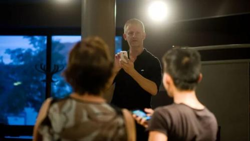 """Image de couverture - Thierry Collet, cet illusionniste qui met en scène les croyances """"magiques"""" nées des nouvelles technologies"""