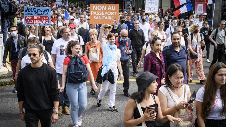 Des manifestants contre l\'extension du pass sanitaire, à Paris, le 31 juillet 2021.
