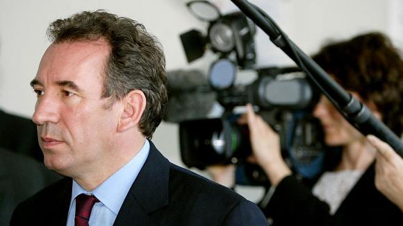 François Bayrou, président et candidat de l'UDF à l'élection présidentielle de 2002, parcourt les couloirs du service des urgences à l'hôpital de Mulhouse-Moenschberg le 08 avril 2002, dans le cadre de sa campagne électorale lors d'un visite d'une journée en Alsace.
