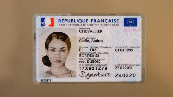 Plus petite, biométrique et plus sécurisée, la nouvelle carte d'identitéa commencé à être déployée depuis deux mois dans de nombreux départements. Elle est désormais étendueà tout le territoire.