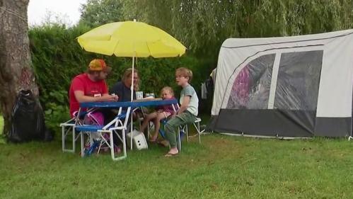 En dépit d'une météo chancelante cet été et de la mise en place du pass sanitaire, les campings sont remplis en France.Reportage lundi 2 août près de Fiquefleur-Equainville, dans l'Eure.