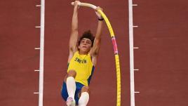 Image de couverture - JO 2021 - Athlétisme : le perchiste Armand Duplantis plane au-dessus de la concurrence et s'offre l'or olympique avec un saut à 6,02 m