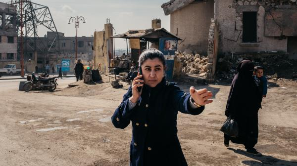 """En représailles aux attaques du 13 novembre 2015, l'armée française ira bombarder le fief de l'ÉtatislamiqueàRaqqa(Syrie).Xavier deLauzanne, réalisateur du documentaire """"9 jours àRaqqa"""" est l'invité du journal de 23 heures de France Info."""