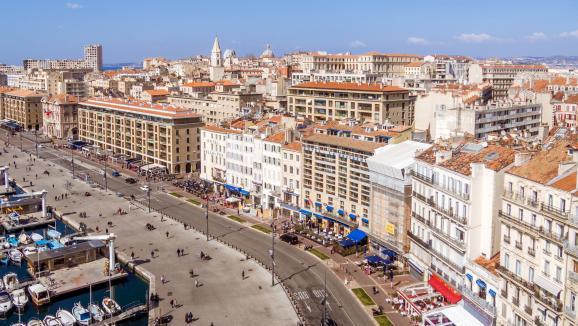 Vue aérienne du vieux port de Marseille. (Illustration)