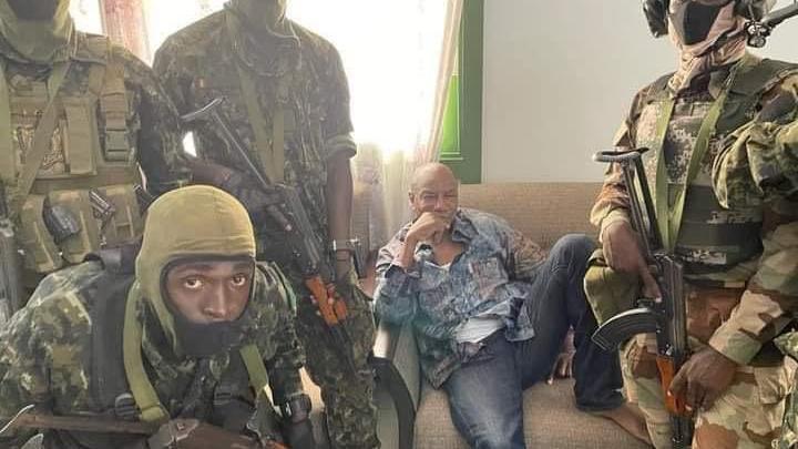 Capture d\'écran d\'une vidéo montrant le président de la Guinée, Alpha Condé,entouré de putschistes, le 5 septembre 2021, à Conakry (Guinée).