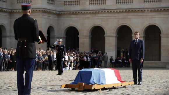 Emmanuel Macron devant le cercueil de Jean-Paul Belmondo dans la cour des Invalides mercredi 9 septembre.