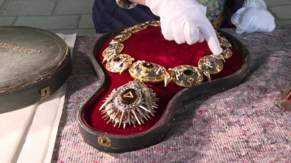 Pierres précieuses, or, argent, étain : le Mont-Saint-Michel dévoile les trésors de son savoir-faire local dans une exposition
