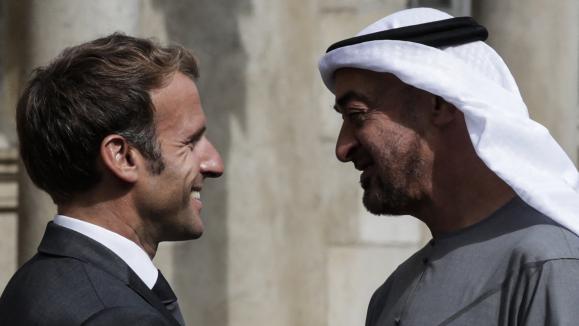 Emmanuel Macron accueille le prince héritier d\'Abu Dhabi Mohammed bin Zayedà son arrivée au château de Fontainebleau, le 15 septembre 2021.