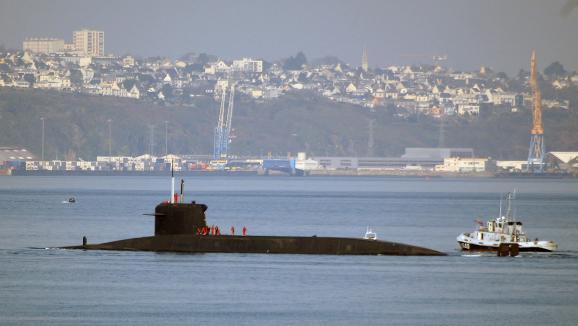 """Le sous-marin nucléaire lanceur d\'engin \""""l\'Inflexible\"""" sort le 15 mars 2007 de la rade de Brest où se trouve la base des sous-marins nucléaire de l\'Ile Longue. (Illustration)"""