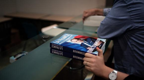 """Eric Zemmour entame la promotion de son nouveau livre """"La France n a pas dit son dernier mot"""" dans le Var le 17 septembre 2021. Une rencontre dédicace transformée rapidement en meeting présidentiel."""