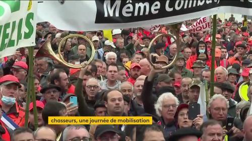 Des milliers de chasseurs ont manifesté samedi 18 septembre dans toute la France pour maintenir la chasse traditionnelle d'oiseaux. À sept mois de la présidentielle, les chasseurs entendent défendre le monde rural.