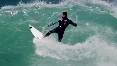 Surfer c'est bien, mais recycler sa combinaison une fois abîmée, c'est encore mieux! Soöruz, entreprise rochelaise (Nouvelle-Aquitaine) spécialisée dans l'équipement des surfeurs, s'engage pour proposer de nouveaux matériaux créés à base de tenues en néoprène usagées. #IlsOntLaSolution