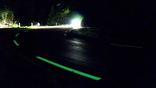 Les lignes blanches de la départementale 29, dans les Landes, sont teintées d'une peinture photoluminescente qui les rendent plus visibles. Ce procédé, qui capte la lumière du soleil, permet de renforcer la sécurité des automobilistes.#IlsOntLaSolution