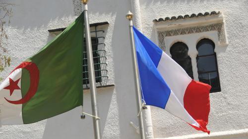 Les relations se sont de nouveau crispées entre la France et l'Algérie. Cette fois ce sont des propos d'Emmanuel Macron qui ne passent pas. Conséquence : Alger a pris de nouvelles mesures de rétorsion.