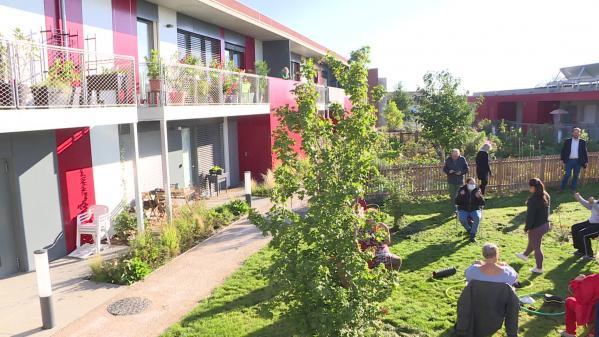 """""""Le Clos des Vignes"""" vient d'être inauguré, un an après les premiers emménagements. Cet espace réunit des personnes âgées, des familles et des étudiants. Unebelle solution pour rompre la solitude des seniors et créer du lien social."""
