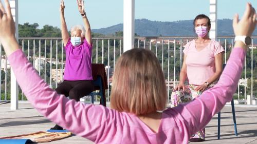 Depuis trois ans des cours de yoga sont dispensés à l'hôpital de Cannes à des femmes opérées d'un cancer du sein. Le but faire de l'exercice, nécessaire à leur convalescence, reprendre confiance en soi et se réapproprier son corps. #IlsOntLaSolution