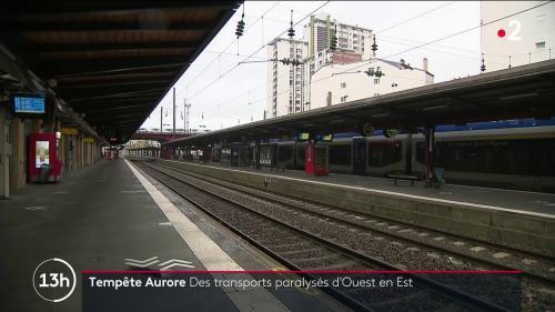 La tempête Aurore a causé plusieurs problèmes de trafic sur les routes, mais aussi sur les rails des transports en commun.Le trafic a été fortement ralenti de l'ouest à l'est de la France.