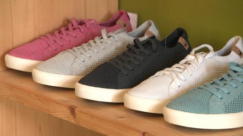 Ce sont des chaussures fabriquées avec des matières naturelles et recyclables. L'objectif des fondateurs de la marque est de limiter l'empreinte carbone sur notre planète. #IlsOntLaSolution
