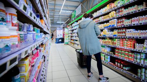 """""""Shrinkflation"""", ou comment l'agroalimentaire augmente ses prix sans en avoir l'air : """"La bouteille passait de un litre à 900 millilitres"""""""