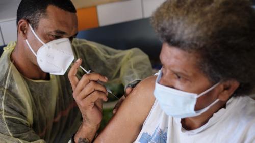 """Nouvelle-Calédonie : face à la grogne, l\'obligation vaccinale dans les secteurs \""""sensibles\"""" est reportée à fin décembre"""