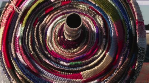 Un millier de tricoteurs et tricoteuses ont confectionné une écharpe de 3 356 mètres, soit la longueur précise du plus long pont français, le pont de Saint-Nazaire. Cette réalisation s'incrit dans l'initiative du Tricothon, un projet créé en faveur du Téléthon. #IlsOntLaSolution