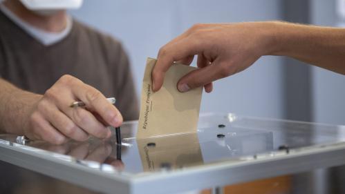 """Abaissement du droit de vote à 16ans : """"Il faut d'abord leur montrer qu'on prend en considération leur point de vue"""", plaide une députée"""