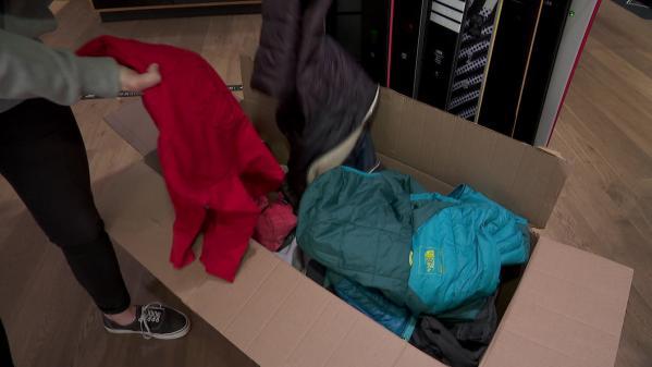 """L'association """"Riders for refugees"""" collecte actuellement des vêtements chauds pour les redistribuer ensuite aux réfugiés. La récolte qui s'arrête ce 31 octobre se fait grâce aux 75 points de collecte disponibles aux quatre coins de la France mais également en Suisse.Cette initiative soutenue par des magasins spécialisés ainsi que des célébrités des sports de glisse réchauffe les cœurs et les corps. #IlsOntLaSolution"""