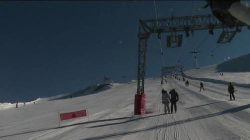 Après deux hivers perturbés à cause du confinement et de la fermeture des remontées mécaniques, les amateurs et passionnés de ski peuvent enfin retrouver les pistes cet hiver.La station desDeux Alpes (Isère), aprofité des vacances de la Toussaint pour réouvrirses pistes.