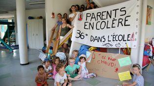 Des parents d'élèves ont bloqué l'école de La Mareschale, à Aix-en-Provence (Bouches-du-Rhône), pour demander de meilleures conditions d'accueil en période de forte chaleur, le 19 juin 2017. (MAXPPP)