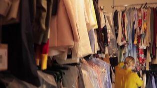 Les versements des aides du gouvernement pour compenser les invendus des commerçants débutent mardi 25 mai. Pour beaucoup de gérants de magasins d'habillement, l'aide est bienvenue mais reste minime. Reportage à Toulouse (Haute-Garonne). (CAPTURE D'ÉCRAN FRANCE 2)