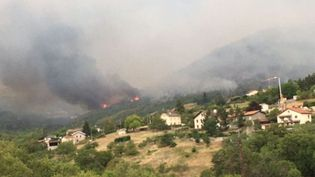 Un incendie menace des habitations dans la commune deSaint-Marcel-lès-Annonay, samedi 1er août 2020. (France 3 Rhône-Alpes / Sylvie Adam)