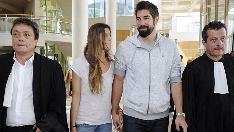 Nicola Karabatic entre ses deux avocats, en juin 2013 (PASCAL GUYOT / AFP)