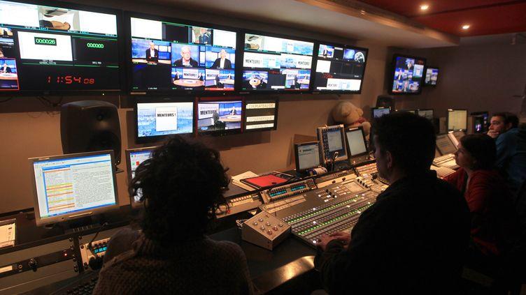 Des journalistes de TV5 Monde au siège de la chaîne, à Paris, le 7 février 2012. (PIERRE VERDY / AFP)