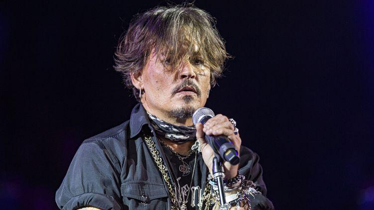 Johnny Depp joue avec les Hollywood Vampires (composé de Johnny Depp, Alice Cooper et Joe Perry) au Celebrity Theatre de Phoenix (Arizona, Etats-Unis), le 14 décembre 2019. (DANIEL KNIGHTON / GETTY IMAGES NORTH AMERICA)