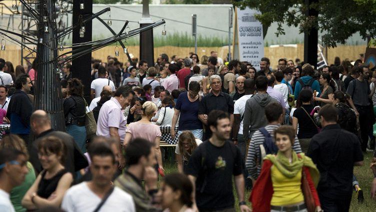 Des habitants de Villeurbanne (Rhône), à l'occasion du festival des Arts de rue, au parc du centre, le 22 juin 2012. (JEGAT MAXIME / MAXPPP)
