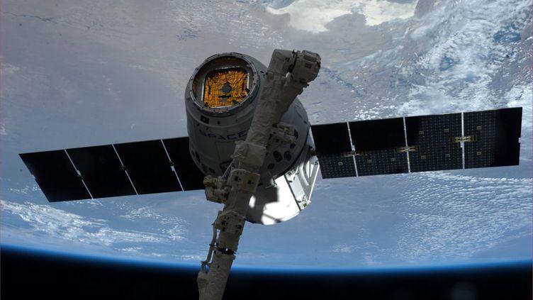 La capsule Dragon de SpaceX accrochée au bras manipulateur de la Station spatiale internationale pour la ravitailler,le 20 avril 2014. (NASA / REUTERS )