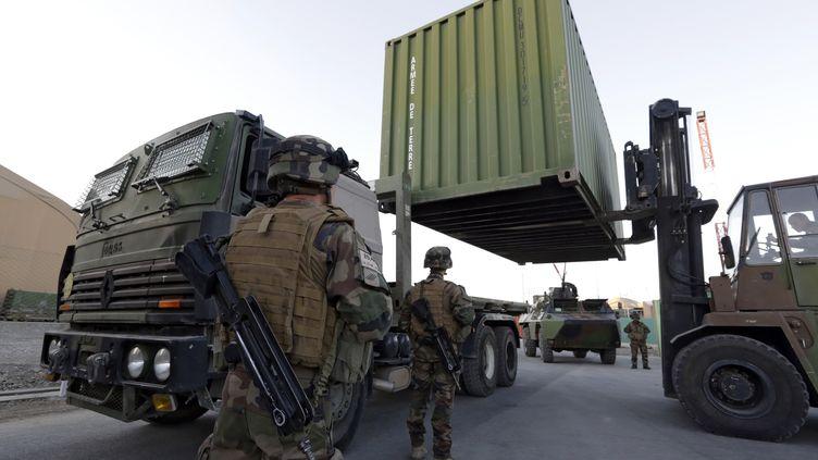 Des soldats français chargent des conteneurs à destination de la France, pour préparer le départ des troupes combattantes d'Afghanistan, le 19 novembre 2012. (ERIC GAILLARD / REUTERS)