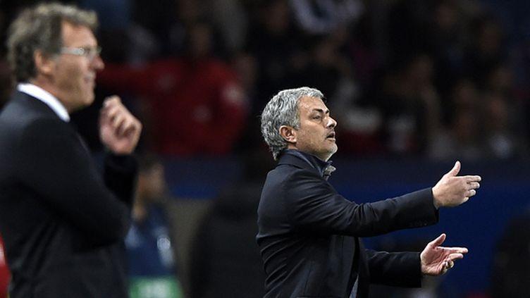 Laurent Blanc observe, José Mourinho s'agite (FRANCK FIFE / AFP)