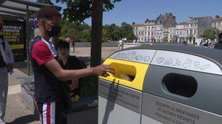 Quarante bornes bien visibles et de grande contenance ont été réparties dans les lieux les plus fréquentés de La Rochellepour reccueillir les déchets. (L. Couvrand / / France Télévisions)